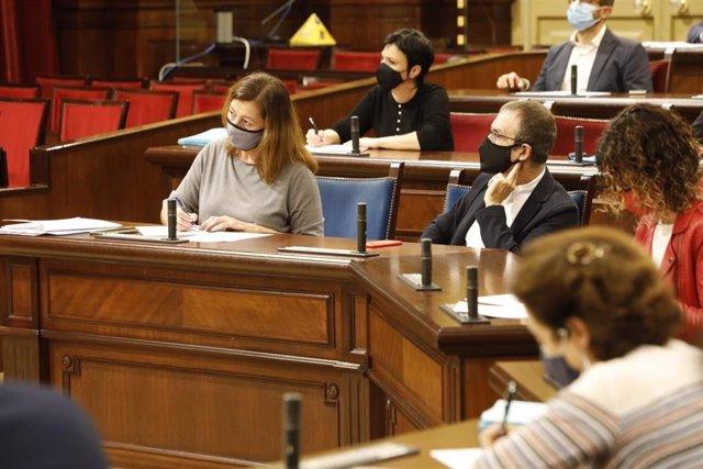 Archivo - La presidenta del Govern, Francina Armengol, toma notas durante el debate de política general, sentada junto al vicepresidente, Juan Pedro Yllanes.