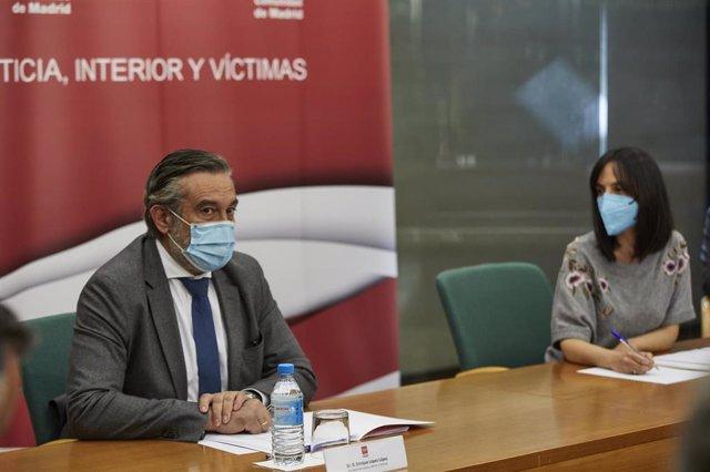 La delegada de Gobierno en Madrid, Mercedes González (d), y el consejero de Justicia, Interior y Víctimas de la Comunidad de Madrid, Enrique López (i), durante una reunión del Plan Territorial de Protección Civil de la Comunidad de Madrid (PLATERCAM) sobr