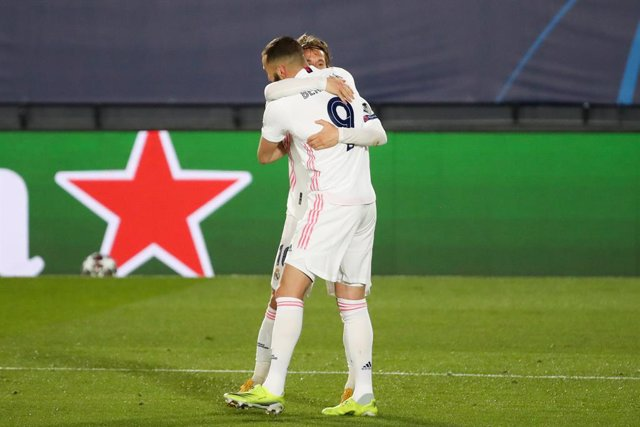 16 March 2021, Spain, Madrid: Real Madrid's Karim Benzema celebrates scoring his side's first goal with teammate Luka Modric during the UEFA Champions League round of 16 second leg soccer match between  Real Madrid and Atalanta BC at Estadio Alfredo Di St