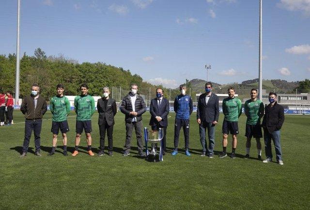 Las autoridades de Gipuzkoa visitan Zubieta para felicitar a la Real Sociedad por su victoria en la Copa del Rey