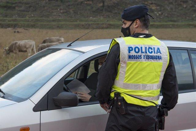 Archivo - Arxiu -Un Mosso d'Esquadra para a un cotxe a Ripoll (Girona)