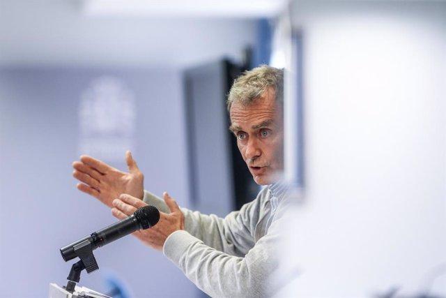 El director del Centro de Alertas y Emergencias Sanitarias (CCAES), Fernando Simón durante una rueda de prensa convocada ante los medios, en el Complejo de La Moncloa, Madrid, (España), a 29 de marzo de 2021. Simón ha advertido de que hasta 12 comunidades