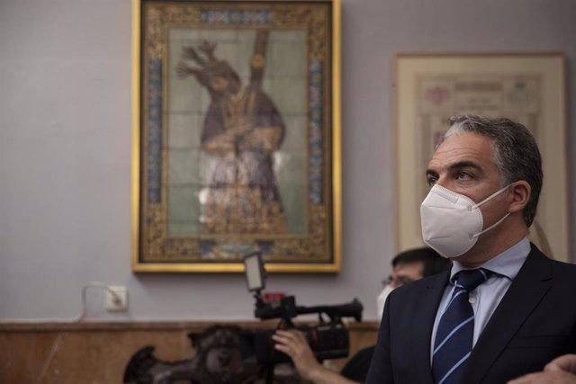 El consejero de Presidencia, Elías Bendodo, en una imagen de 29 de marzo en su visita a la Hermandad del Gran Poder en Sevilla.