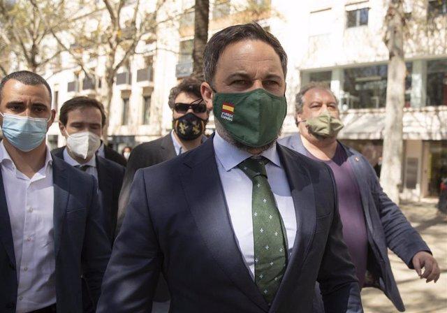 El presidente de Vox, Santiago Abascal (c), en la Plaza Nueva, a su llegada a la rueda de prensa para analizar los últimos acontecimientos de la actualidad política nacional. En Sevilla (Andalucía, España), a 17 de marzo de 2021.