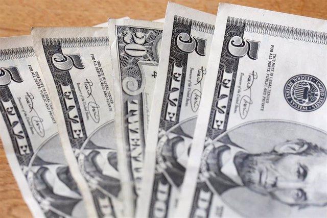 Archivo - Billetes de cinco dólares