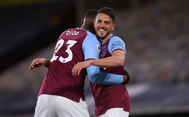 05 April 2021, United Kingdom, Wolverhampton: West Ham United's Pablo Fornals (R) celebrates with Issa Diop after scoring his side's second goal of the game during the English Premier league soccer match between Wolverhampton Wanderers and West Ham United