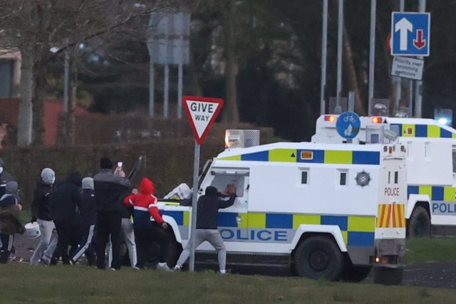 05 April 2021, United Kingdom, Belfast: Youths attack a Police Service of Northern Ireland (PSNI) vehicle in the Nationalist area of Shantallow Derry, following the discovery of a suspicious package. Photo: Liam Mcburney/PA Wire/dpa