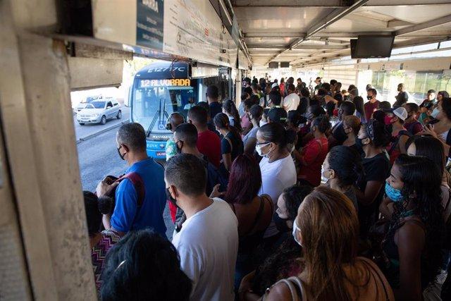 Ciudadanos esperan en una parada de bus en Río de Janeiro.