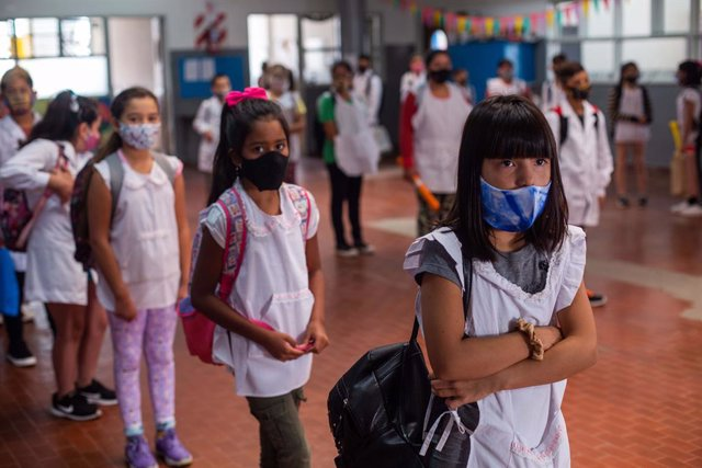 Archivo - 01 March 2021, Argentina, Mar del Plata: Students wearing face masks stand at a distance in the school yard on the first day of partial attendance classes in the region amid the Corona pandemic. Photo: Diego Izquierdo/telam/dpa