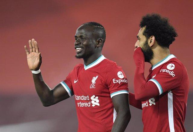 Archivo - Salah y Mané sonríen tras un gol del delantero senegalés