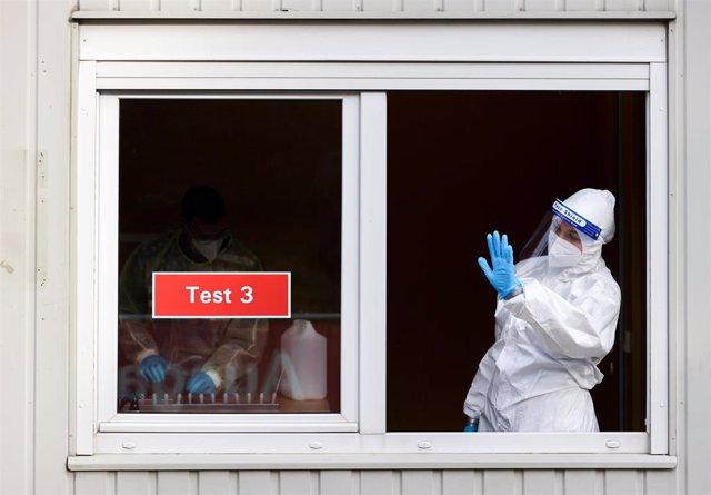 Trabajadora antes de una prueba de coronavirus en Alemania