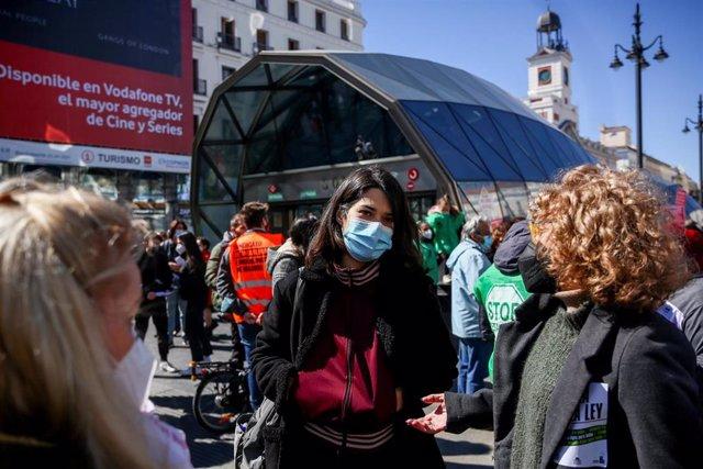 La portavoz de Podemos, Isa Serra, asiste a la manifestación 'Por una ley que garantice el derecho a la vivienda', en la Puerta del Sol, Madrid (España) a 20 de marzo de 2021.
