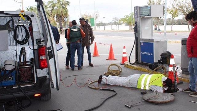Archivo - Investigación de la Guardia Civil en la gasolinera de Coria del Río (Sevilla)