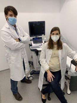 El doctor Carlos S. Piñel Pérez y la doctora Vanesa Ruiz Patricio.