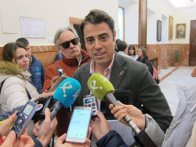 Archivo - Concejal de VOX en Badajoz, Alejandro Vélez, atiende a los medios en una imagen de archivo