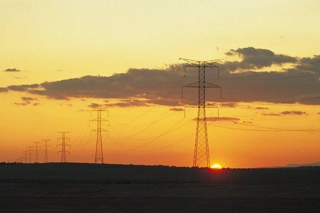 Archivo - Recurso de electricidad, postes eléctricos