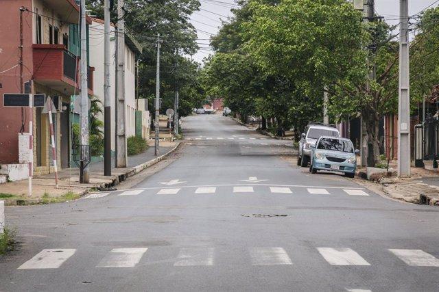Una calle vacía por las restricciones en Asunción, Paraguay