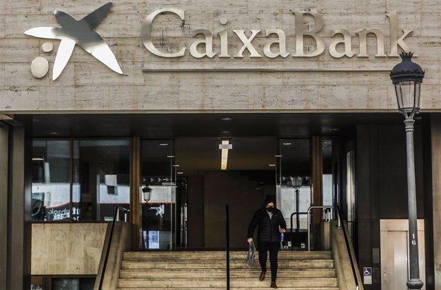 Logo de Caixabank en la antigua sede de Bankia, en la calle Pintor Sorolla, en Valencia, Comunidad Valenciana (España), a 29 de marzo de 2021. El logo de CaixaBank luce desde el pasado sábado en el edificio que albergaba la sede de Bankia en Valencia, una