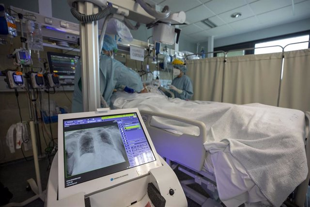 Archivo - UCI del Hospital Clínico de Santiago.