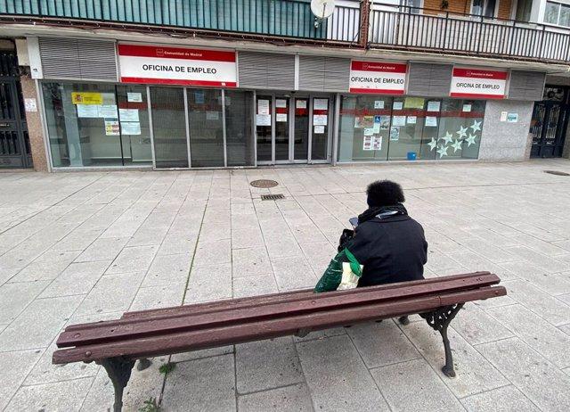 Archivo - Una persona espera en las inmediaciones de una Oficina de Empleo ubicada en Alcorcón, Madrid, (España), a 2 de marzo de 2021. La jornada de hoy destaca por los datos registrados por el Ministerio de Trabajo, que expone que el número de parados r