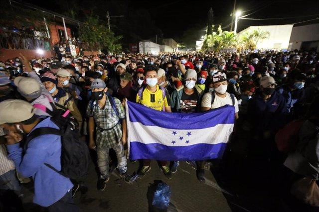 Archivo - Una caravana de migrantes parte desde Honduras