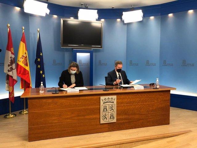 La consejera de Familia e Igualdad de Oportunidades, Isabel Blanco, y el presidente de Plena Inclusión, Juan Pablo Torres, firman el protocolo de colaboración.