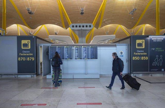 Pasajeros caminan por las instalaciones de la T4 del Aeropuerto Adolfo Suárez Madrid-Barajas, en Madrid (España).