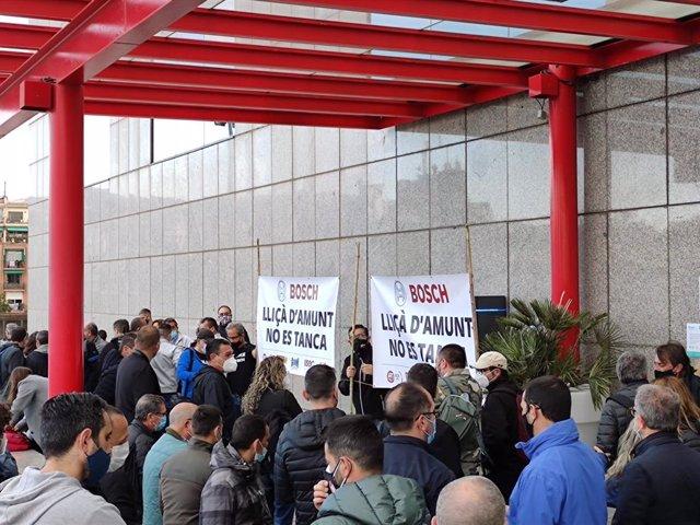 Treballadors de la planta de Bosch a Lliçà d'Amunt (Barcelona) es concentren a Barcelona.