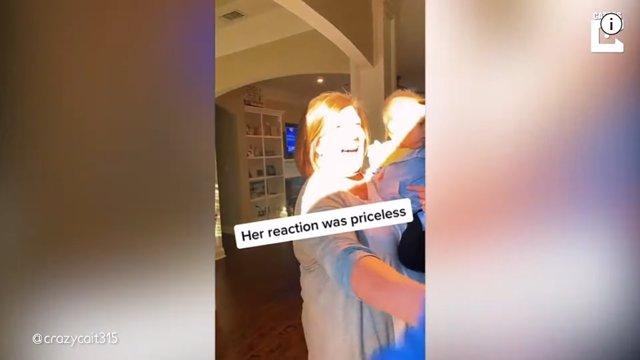 Este hombre sorprende a su madre con una visita especial antes de celebrar el cumpleaños de su hermano fallecido