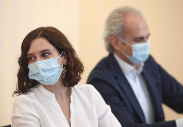 Archivo - La presidenta de la Comunidad de Madrid, Isabel Díaz Ayuso; y el consejero de Sanidad, Enrique Ruiz Escudero, durante una reunión con una representación de médicos internos residentes (MIR).