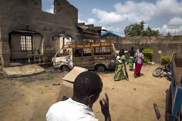 Archivo - Un vehículo dañado durante un ataque en Beni, en el este de RDC