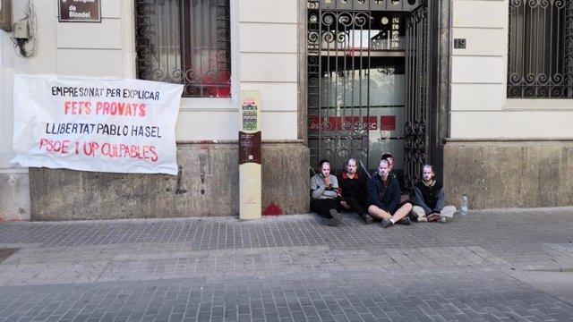 Miembros de la plataforma Pablo Hasel, encadenados en Lleida.