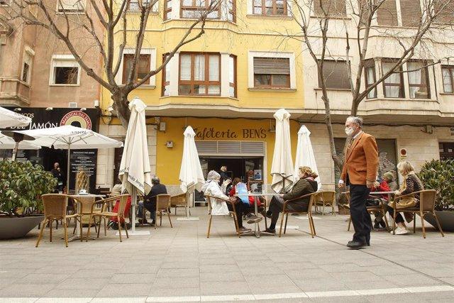 Archivo - Varias personas en la terraza de un bar en Palma.
