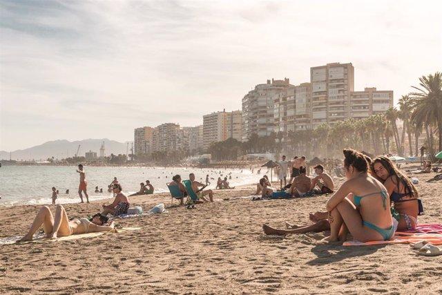 Archivo - Bañistas disfrutan en la playa de Málaga en un verano atípico marcado por la crisis del coronavirus donde hay que preservar la distancia de seguridad y utilizar mascarilla. En Málaga, Andalucía, (España), a 7 de agosto de 2020.