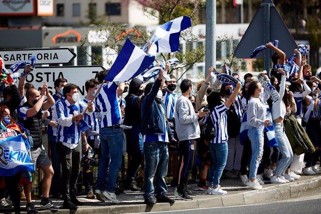 Aficionados de la Real Sociedad celebran la llegada del equipo a San Sebastián, tras ganar la final de la Copa del Rey