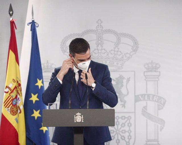 El presidente del Gobierno, Pedro Sánchez, a su llegada a una rueda de prensa en Moncloa, tras la celebración del Consejo de Ministros, a 6 de abril de 2021, en Madrid (España). Durante su la rueda, el jefe del Ejecutivo ha informado del desarrollo del pl