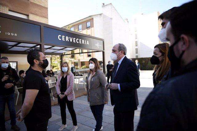 El candidato del PSOE a la Presidencia de la Comunidad de Madrid, Ángel Gabilondo (c), durante una su visita por Móstoles, a 6 de abril de 2021, en Madrid (España). Con el lema 'Gobernar en serio', Gabilondo ha recorrido las calles del municipio a menos d