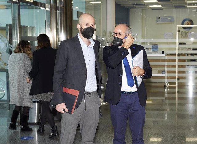 Archivo - El consejero de Sanidad de Cantabria, Miguel Rodríguez, y el director general de Salud Pública, Reinhard Wallmann