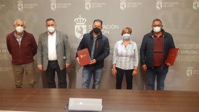 El presidente de la Diputación (2I) en el acto de cesión de las hectáreas a las dos juntas vecinales.