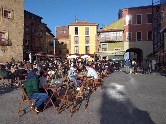 Gente en una terraza de Gijón, a 27 de marzo de 2021.