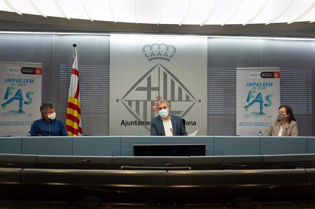 El comissionat d'Economia Social, Álvaro Porro; el primer tinent d'alcalde de Barcelona, Jaume Collboni, i la comissionada de Promoció de l'Ocupació, Raquel Gil, en una roda de premsa.