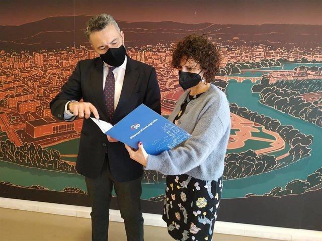 El portavoz del PP en el Ayuntamiento de Logroño, Conrado Escobar, y la concejala Celia Sanz