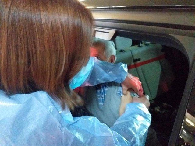 Archivo - Autovac, vacunación contra la COVID-19 en el parking del HUCA.