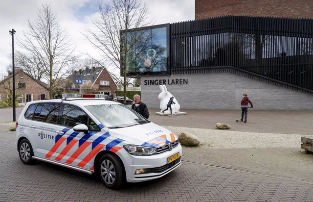 Archivo - 30 March 2020, Netherlands, Laren: A police car is seen parked in front of the Singer Laren Museum after a painting by Vincent van Gogh was stolen overnight. The museum is closedas part of efforts to control the coronavirus pandemic, Photo: Robi