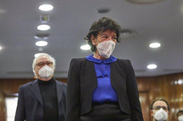 El ministro de Universidades, Manuel Castells; y la ministra de Educación, Isabel Celáa, a su llegada al traspaso de carteras ministeriales, el 31 de marzo de 2021 en Madrid