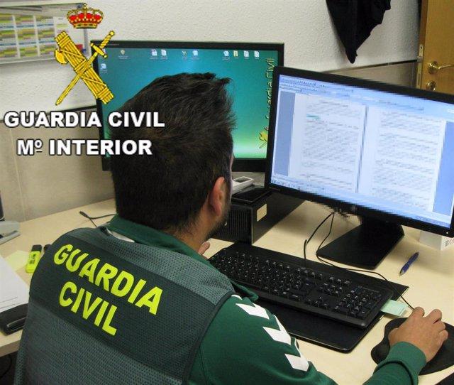 Agente de la Guardia Civil en investigación