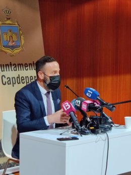El alcalde de Capdepera, Rafel Fernández, en rueda de prensa.