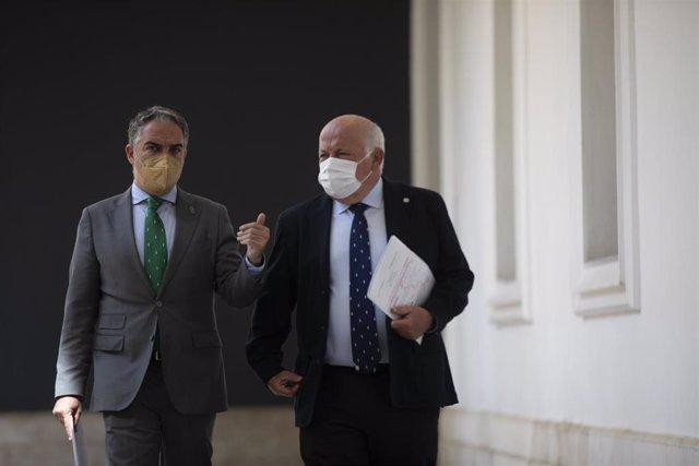 El consejero de la Presidencia, Elías Bendodo, y el consejero de Salud, Jesús Aguirre, este martes antes de la rueda de prensa posterior al Consejo de Gobierno.