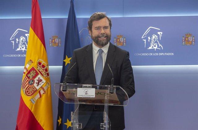 El portavoz de Vox en el Congreso, Iván Espinosa de los Monteros, interviene en una rueda de prensa posterior a una Junta de Portavoces en el Congreso de los Diputados, a 6 de abril de 2021en Madrid (España).