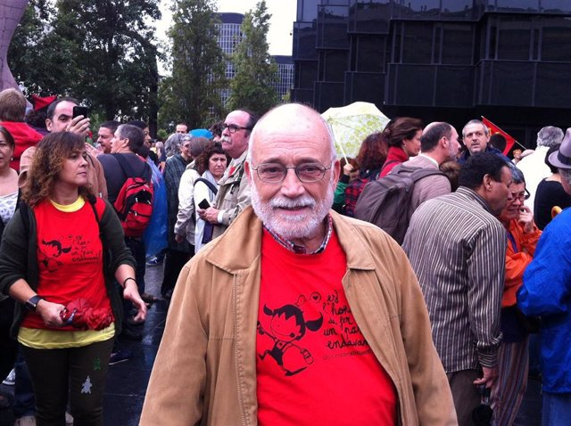 Archivo - Arcadi Oliveres, en la Via Catalana